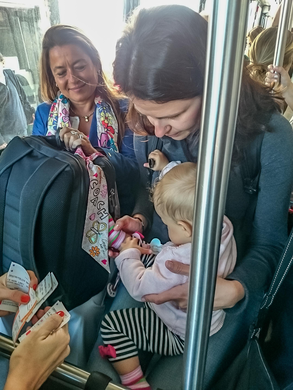 W autobusie do samolotu Amelka zaczepia nowych znajomych